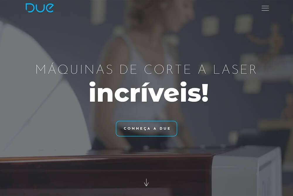 Página de um site institucional com pouquíssimos elementos como uma folha ao centro, a logo, um botão, menu e uma seta apontando para baixo