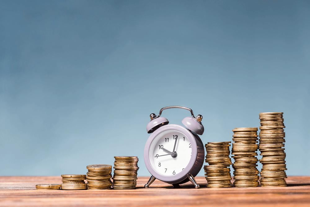 plano de investimento - Moedas empilhadas como escada e no meio, um relógio